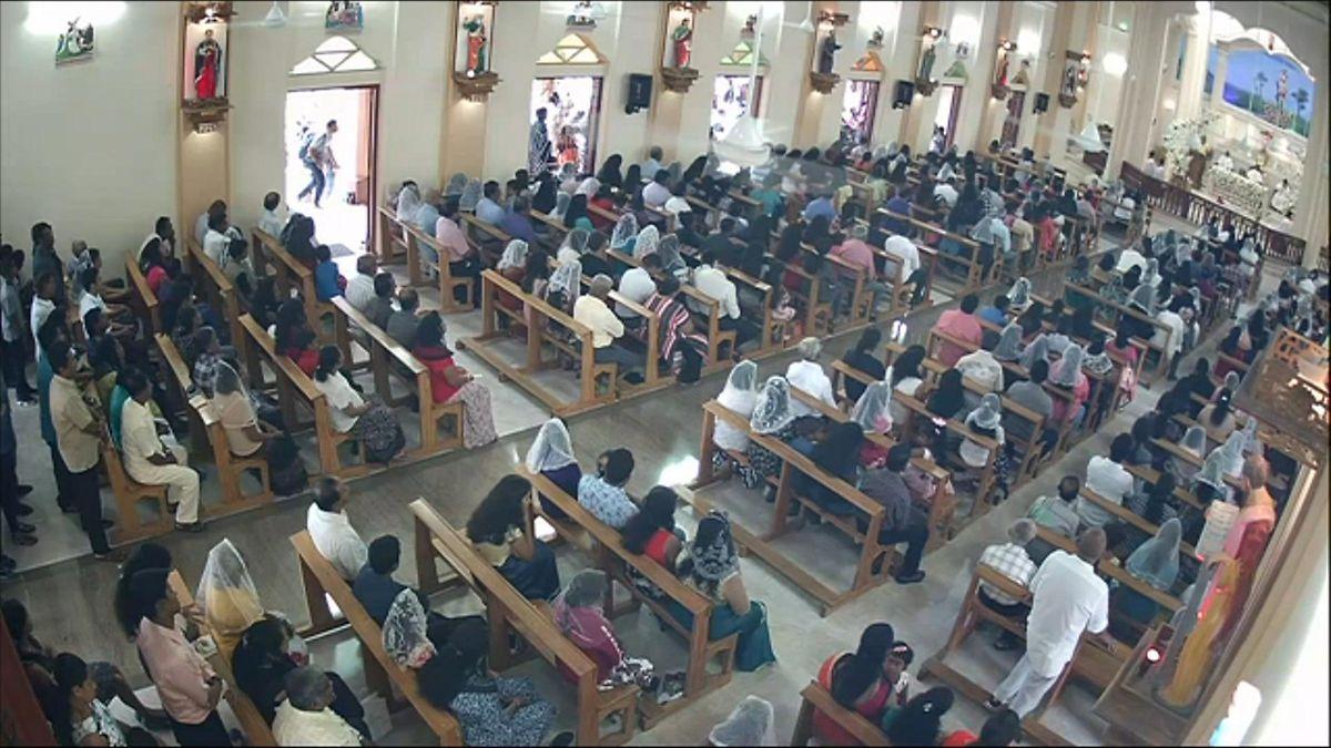 Ein Bild einer Überwachungskamera zeigt einen mutmaßlichen Selbstmordattentäter unmittelbar vor dem Anschlag auf die Sankt-Sebastian-Kirche in Negombo.