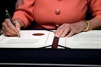 Die Vorsitzende des Repräsentantenhauses Nancy Pelosi unterzeichnet das offizielle Impeachment-Dokument gegen Präsident Donald Trump.