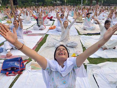 Habillé de blanc, Modi, grand adepte du yoga, a conduit une session réunissant plus de 30.000 personnes sur l'immense esplanade du Capital Complex dans la ville de Chandigarh.