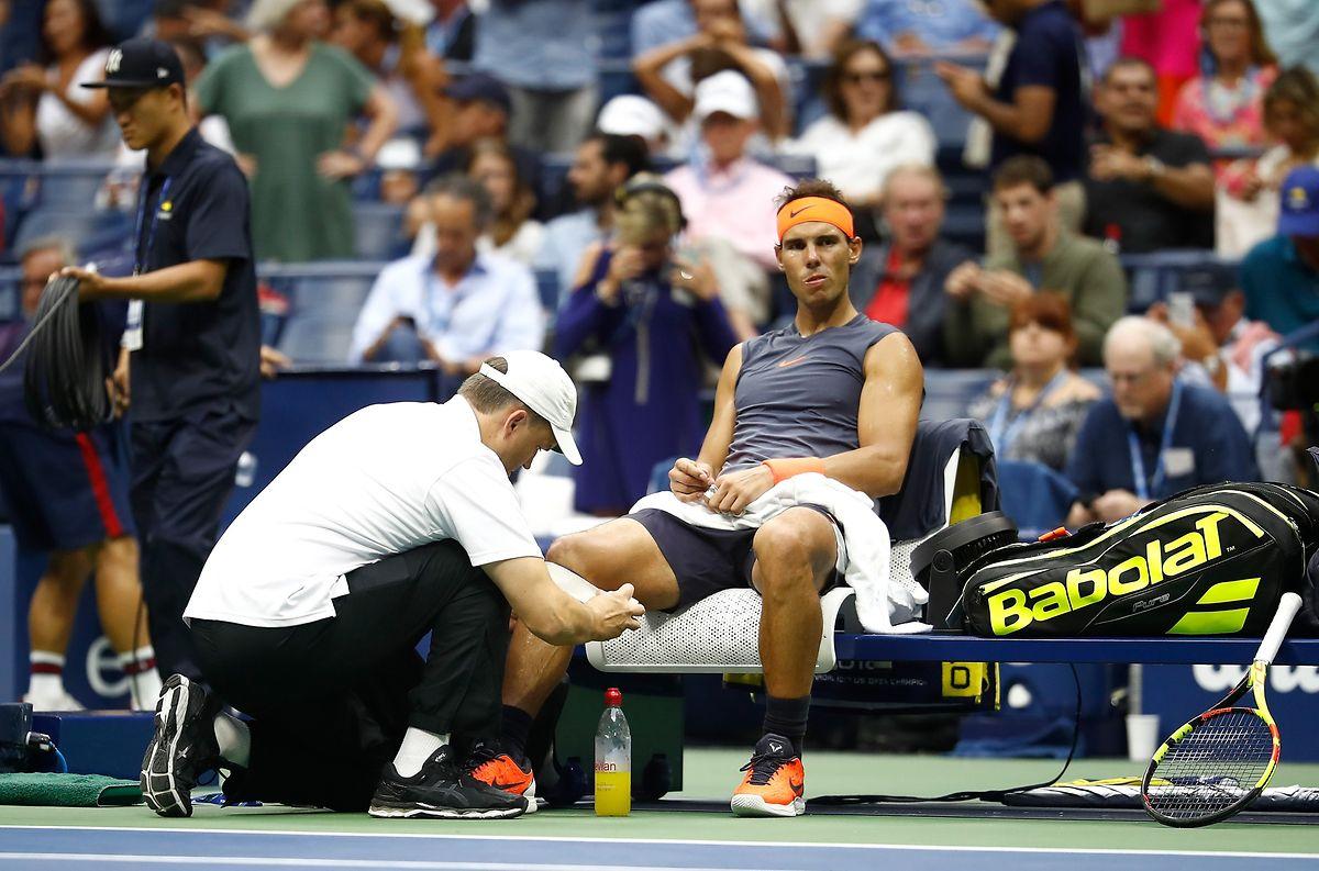 Der Physio gibt alles, Rafael Nadal grübelt.