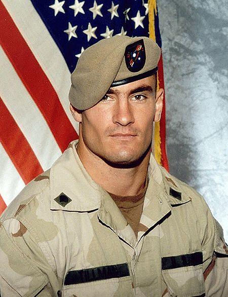 """Corporal Pat Tillman im Jahr 2003. Der ehemalige NFL-Profi meldete sich nach dem 11. September 2001 freiwillig zum Wehrdienst und gab dafür einen Millionenvertrag auf. Er fiel 2004 in Afghanistan durch """"Friendly Fire""""."""