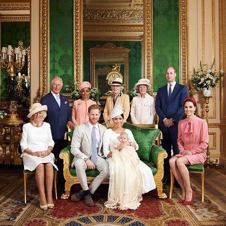 Foto da família real com Archie, o recém batizado.