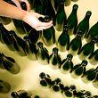"""ARCHIV - 31.08.2011, Sachsen, Radebeul: Eine Mitarbeiterin des Weingut Aust nimmt leere Flaschen aus einer Kiste und stellt sie  in die Abfüllanlage. (zu dpa-KORR """"Gute Ernte verursacht Engpass bei Weinflaschen"""") Foto: Martin Förster/dpa-Zentralbild/dpa +++ dpa-Bildfunk +++"""