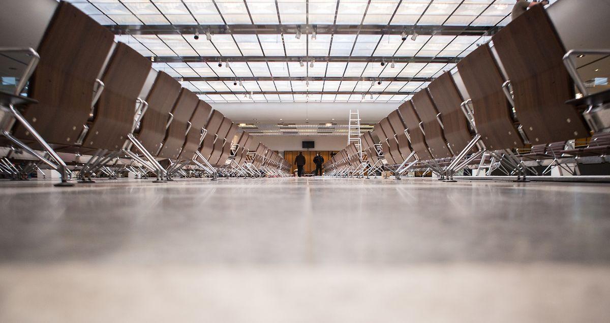Stühle, die vom Flughafen BER aus Schönefeld stammen, stehen in der neuen Erstaufnahmeeinrichtung für Asylsuchende in der Bundesallee in Berlin.