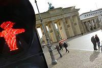 08.10.2020, Berlin: Coronaampel weiterhin auf Rot. Einige Bundesländer haben kurz vor Beginn der Herbstferien ein Beherbergungsverbot für Urlauber ausgesprochen, die aus Krisengebiete oder Hotspots mit steigenden Coronainfektionen kommen. Einige Bezirke der Hauptstadt, wie hier Berlin-Mitte mit dem Brandenburger Tor, zählen zu den Infektionsgebieten mit mehr als 50 Infizierten pro 100.000 Einwohner. Foto: Wolfgang Kumm/dpa +++ dpa-Bildfunk +++