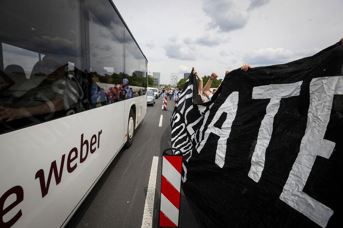 Auf der Roten Brücke fuhren Busse und Co. ganz nahe an den jungen Aktivisten vorbei.