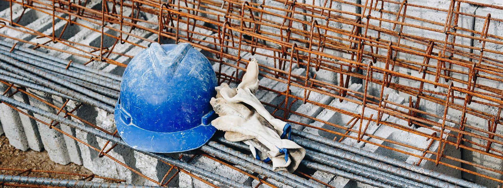 Der Mangel an bezahlbarem Baumaterial führt an vielen Baustellen dazu, dass die Arbeiten unterbrochen werden müssen.