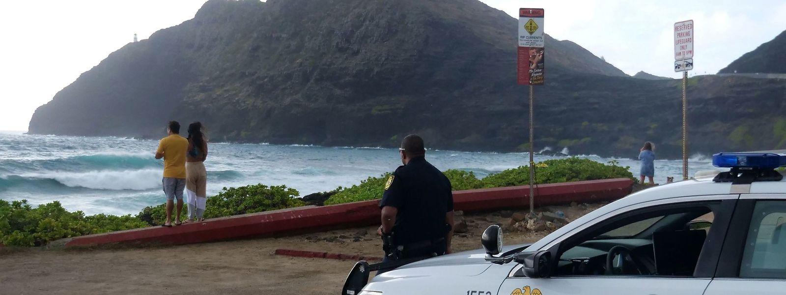 Ruhe vor dem Sturm: Die Polizei sperrt am Sonntag einen Strand in Honolulu.
