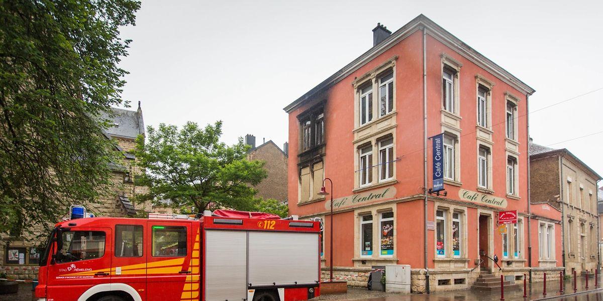 Fünf Personen wurden bei dem Brand verletzt, eine starb.