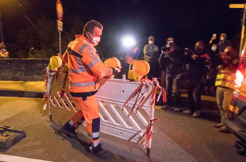 Abbau der Strassensperre auf der Brücke nach Echternacherbrück in der Nacht zum Samstag.