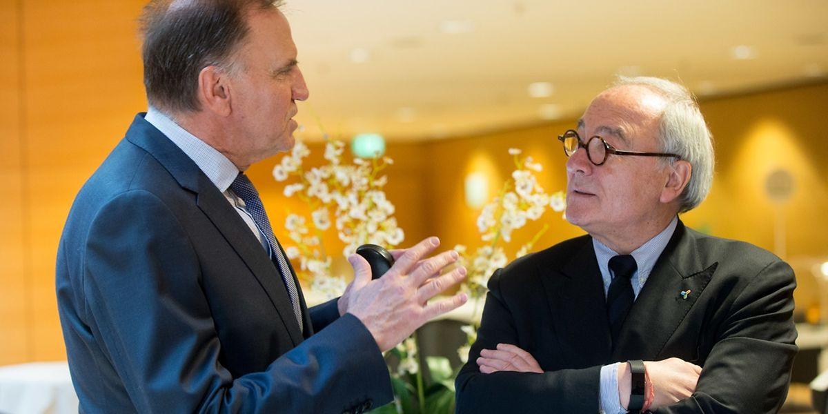 Jean-Jacques Dordain, qui gère le space mining pour Schneider à la journée de l'ingénieur, écoute Marc Solvi, le président de l'asbl Da Vinci qui réunit les ingénieurs