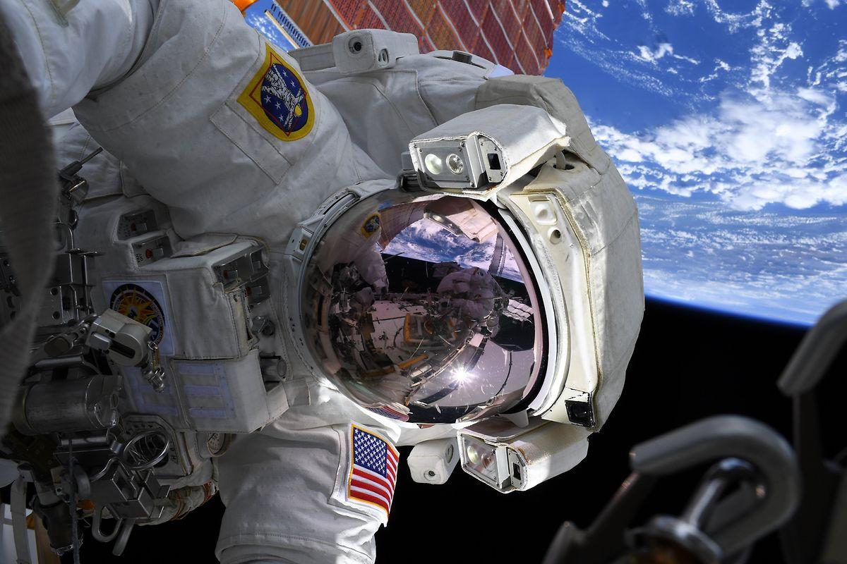 US-Astronautin Christina Koch ist bei einem Außeneinsatz an der Internationalen Raumstation (ISS) in Einsatz.