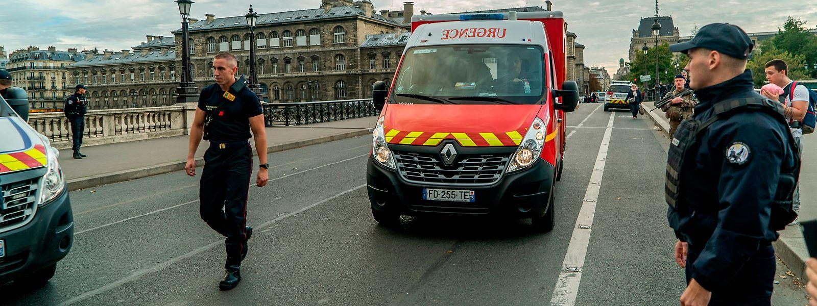 EinRettungswagen fährt nach dem Attentat im Pariser Polizeihauptquartier durch eine versperrte Straße auf der Île de la Cité.