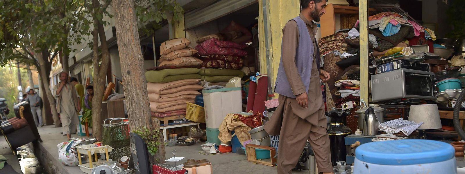 Afghanische Ladenbesitzer bieten auf einem Markt in Kabul gebrauchte Haushaltsgegenstände zum Verkauf an.