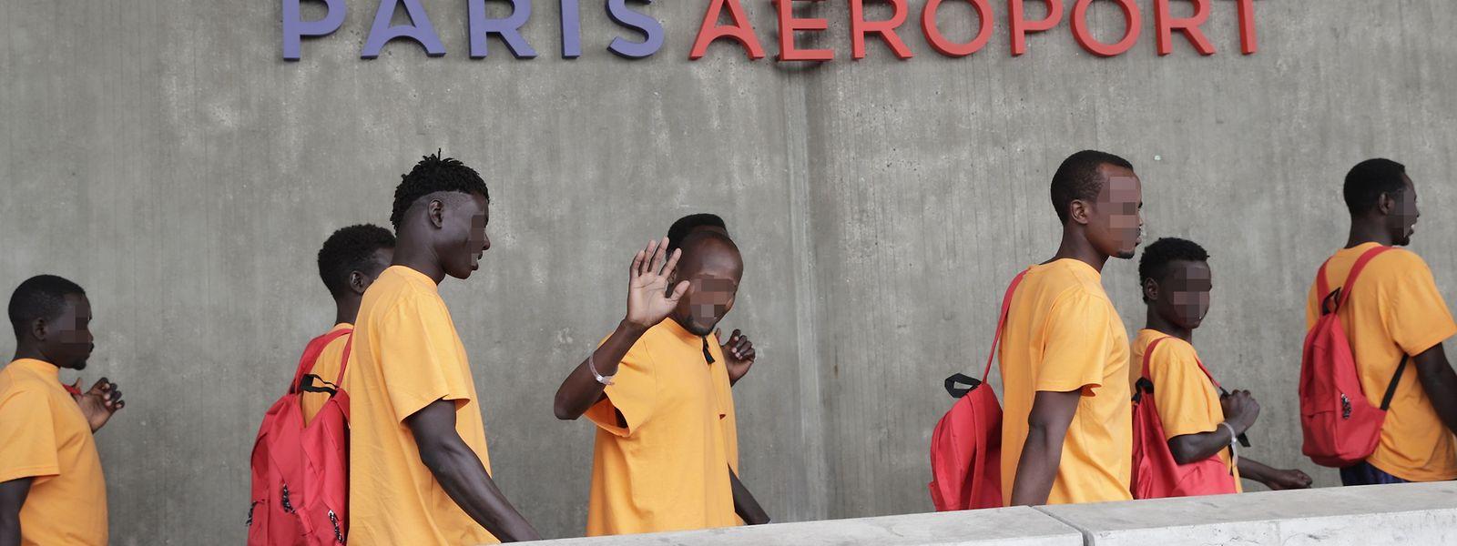 Die ersten 52 der Lifeline-Passagiere haben Frankreich erreicht.