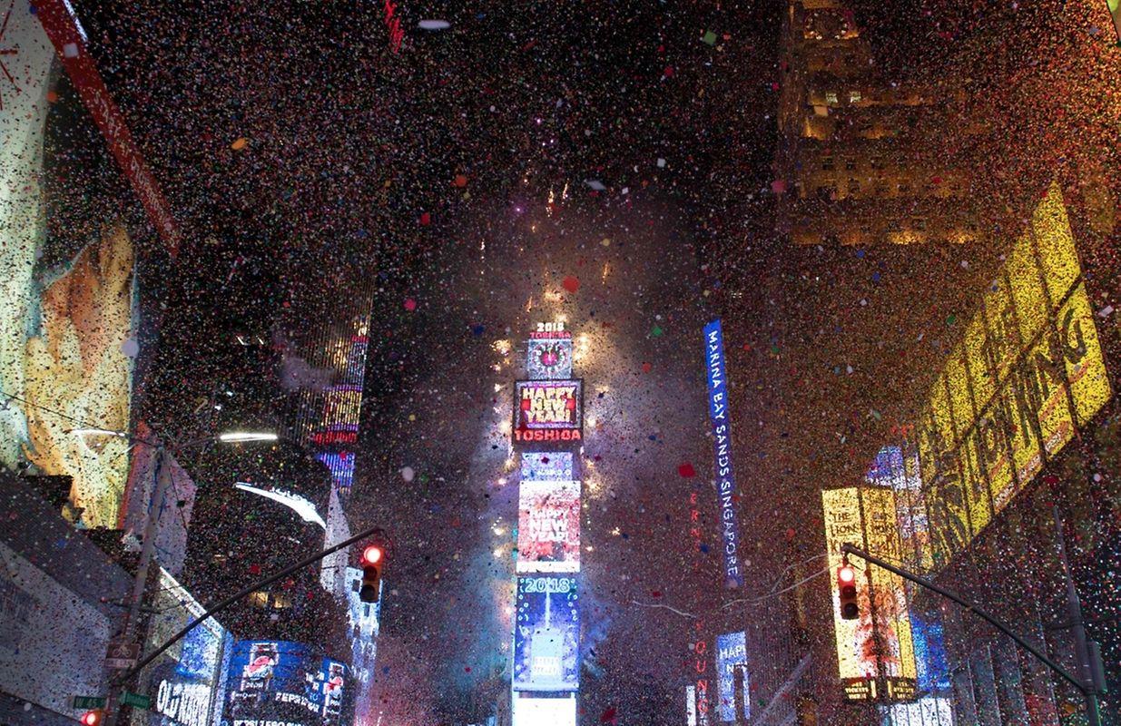 Explosion de confettis sur Times Square à New York aux Etats-Unis