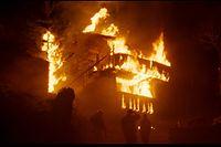Der große Brand, der ein Dorf bedroht, spielt eine wesentliche Rolle in dem Drama.