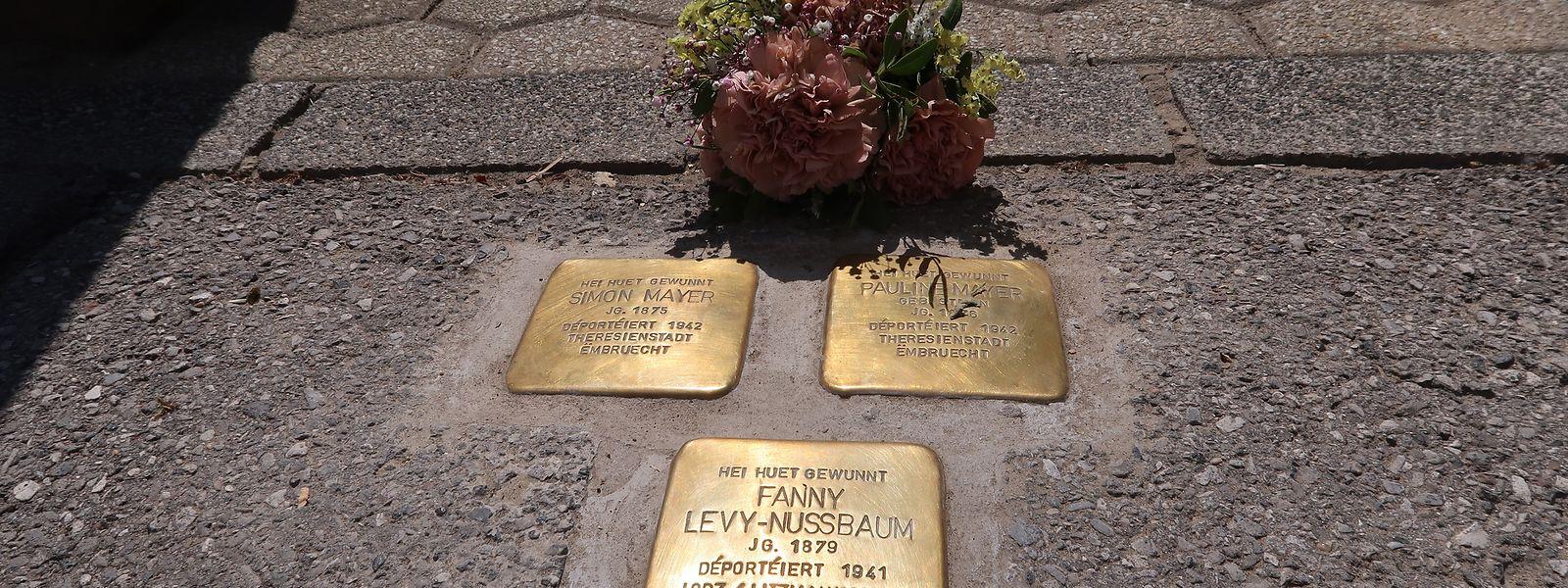 Stolpersteine vor einem Haus in der Rue Ermesinde. Hier wohnten das aus Deutschland geflüchtete Ehepaar Mayer und die Hoteliersfamilie Levy. Sie alle kamen in einem Konzentrationslager und einem Ghetto ums Leben.