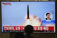 People watch a television news programme showing file footage of North Korea's projectile weapons, at a railway station in Seoul on May 9, 2019. - North Korea welcomed a US envoy's visit to Seoul by firing at least one projectile for the second time in just six days on May 9, the South's military said, as Pyongyang seeks to up the ante in deadlocked nuclear negotiations with Washington. (Photo by Jung Yeon-je / AFP)