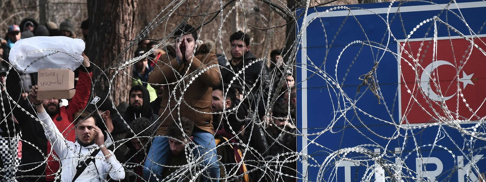 Des migrants attendent à la frontière gréco-turque près de Kastanies, à l'extrémité nord-est de la Grèce.