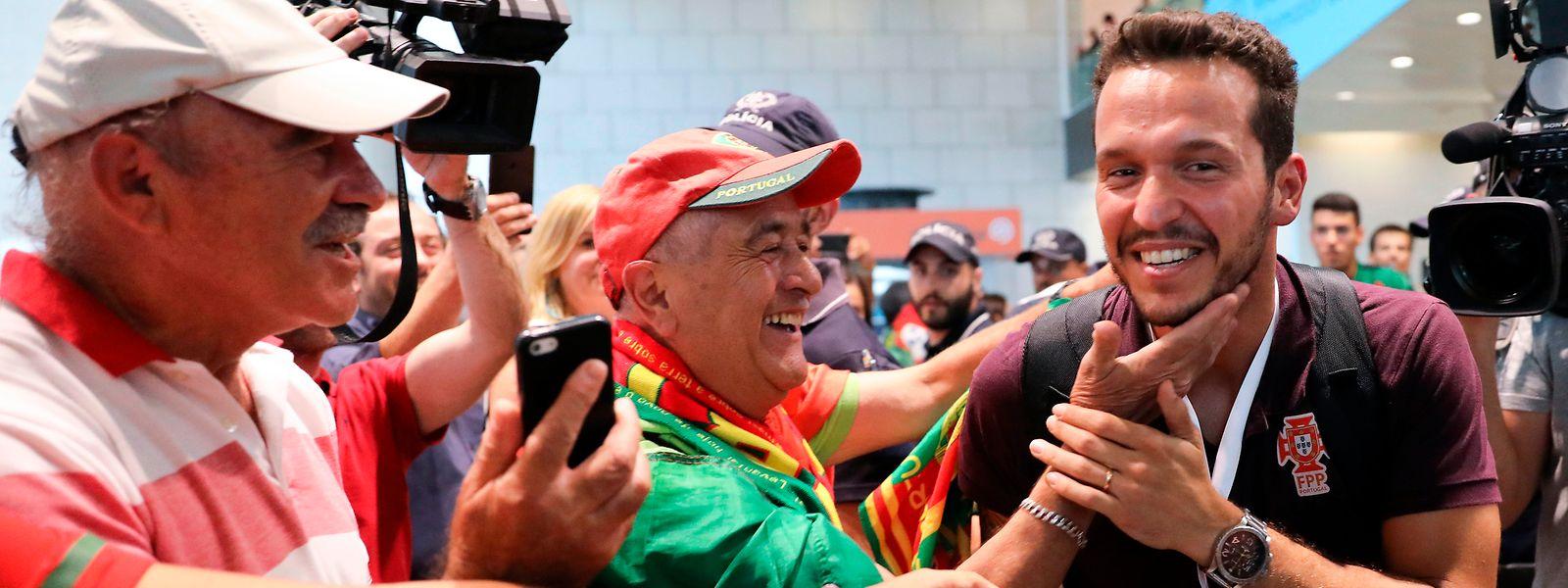 Ângelo Girão, o guarda-redes da seleção portuguesa de hóquei em patins, que se sagrou campeã do mundo após vencer a seleção da Argentina, durante a chegada ao Aeroporto de Lisboa.