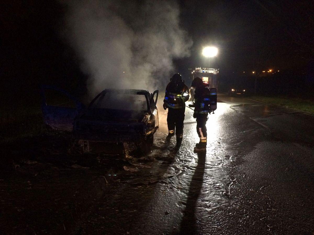 Das Fahrzeug wurde durch das Feuer komplett zerstört.