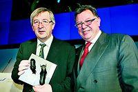 Börsenchef Reto Francioni überreicht dem Luxemburger Gastredner als Dank eine Skulptur.