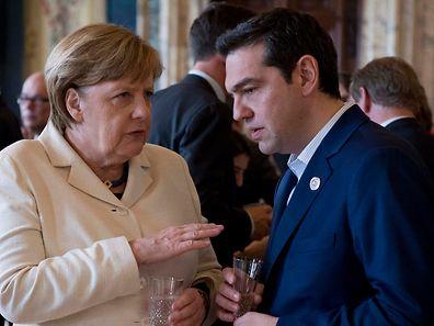 A chanceler alemã Angela Merkel com o primeiro-ministro grego, Alexis Tsipras, na cerimónia dos 60 anos do Tratado de Roma, no sábado, na capital italiana.