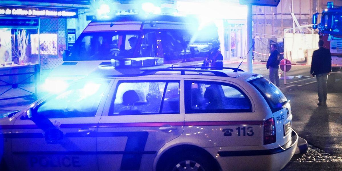 D'après la police, le passager de la voiture a mis le feu à l'habitacle à l'aide d'un liquide inflammable.