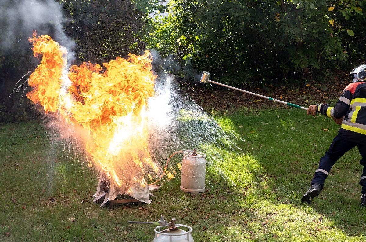 Einer der gefährlichsten Brände: Ein Fettbrand in der Küche. Ihn sollte man niemals versuchen mit Wasser zu löschen.