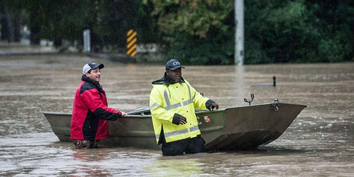 Mit Booten müssen in Columbia im US-Bundesstaat South Carolina Menschen evakuiert werden.