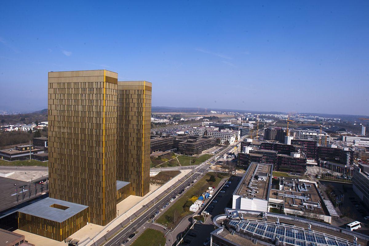 La troisième tour sera construite dans le prolongement de ses deux soeurs jumelles (dans l'espace qui sera libéré par le bâtiment Jean Monnet) et sera légèrement plus haute qu'elles.