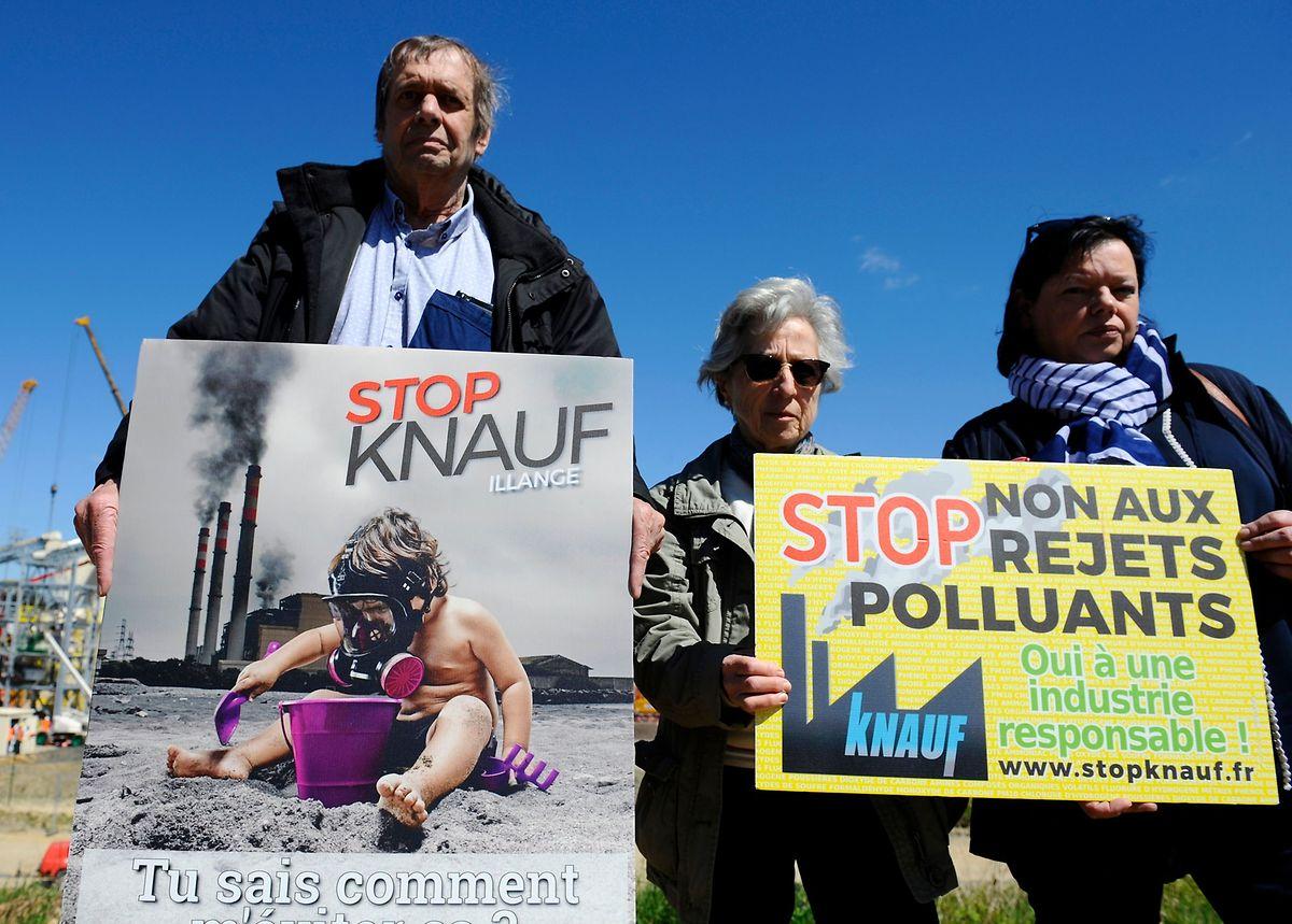 Les membres du collectif Stop Knauf Illange protestent devant l'usine en construction.