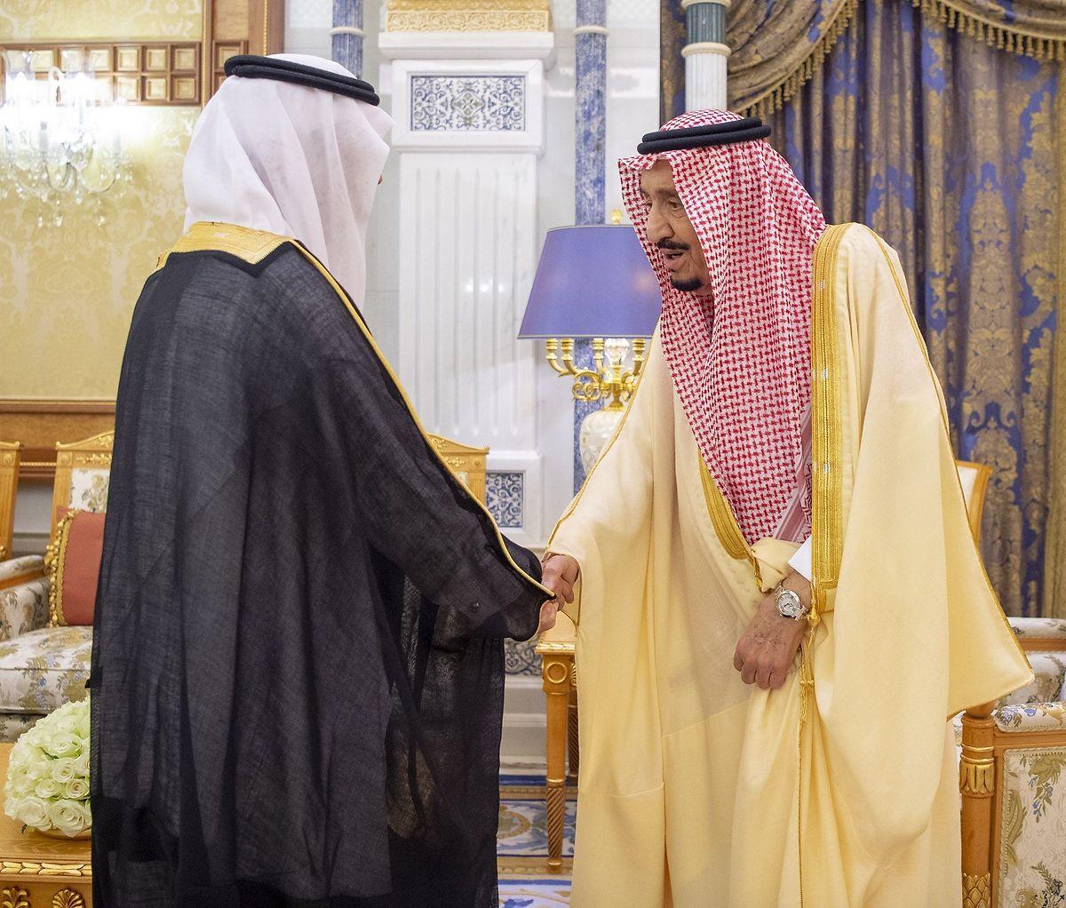 Dieses Bild vom Sonntag zeigt den saudischen König Salman (rechts), wie er einen hohen Beamten begrüßt. Der Gesundheitszustand des 84-Jährigen ist offenbar gut.