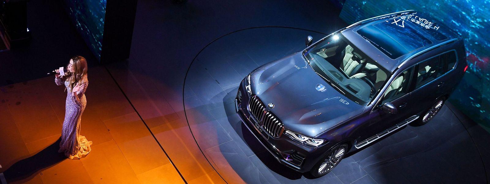 Performance d'une artiste lors de la présentation de la BMW X7 à la veille du «Shanghai Auto Show».
