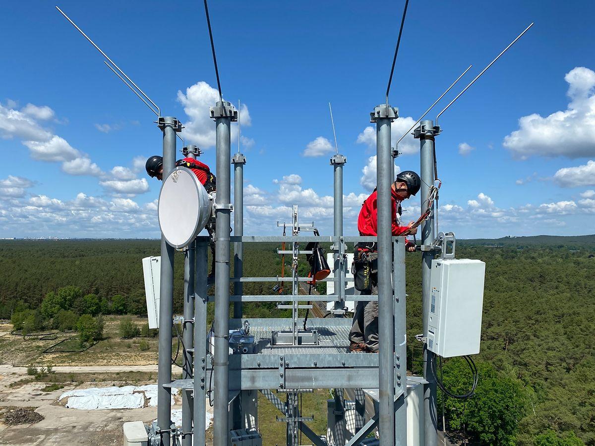 Workers installing 5G antenna near Berlin, Germany Photo: dpa