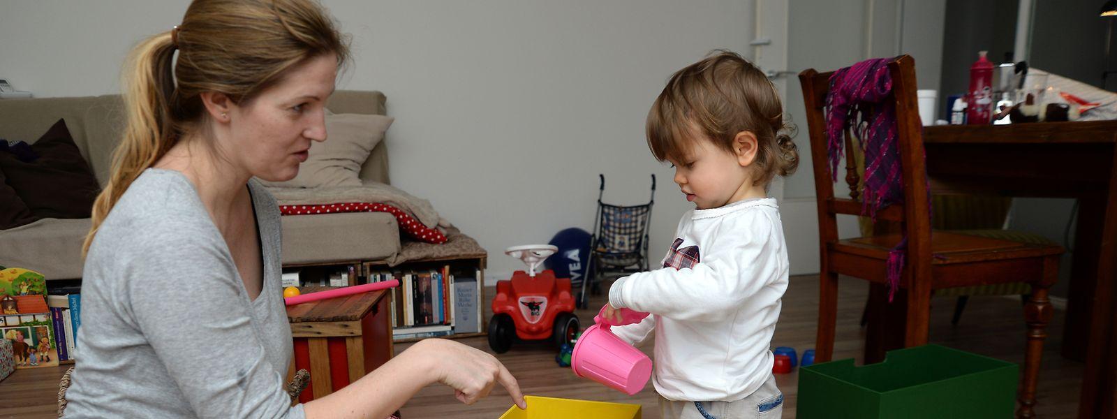 Besser auf Augenhöhe: Statt aus dem Nebenzimmer zu schimpfen, sollten Eltern Kindern konkret erklären, dass etwa alle Spielsachen vom Boden in die Kiste sollen.