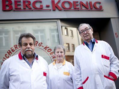 """Die """"Boucherie"""" wurde zuletzt von Norbert Berg (rechts), Enkel des Gründers, und seinem Geschäftspartner Serge Weffling (links) geführt. Weffling arbeitete schon als Lehrling in der Metzgerei. Erna Belling (Mitte) ging 47 Jahre lang in dem Laden ein und aus."""