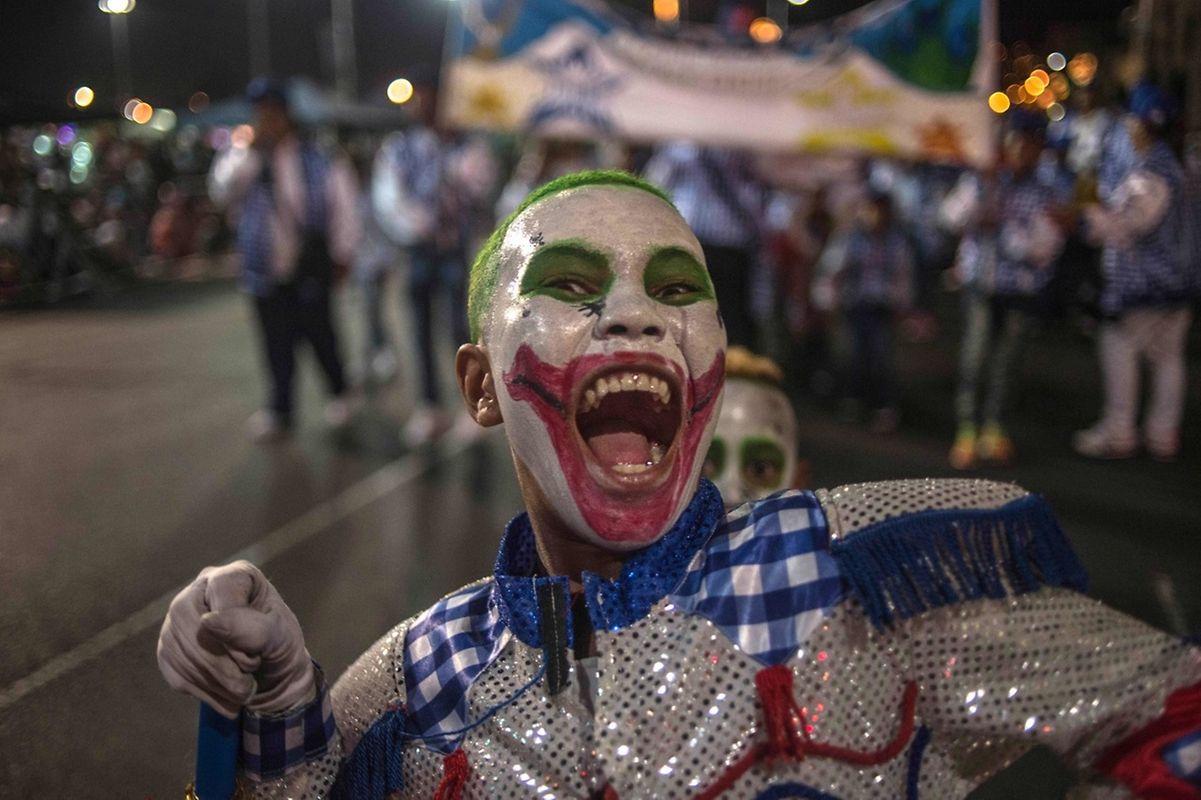 Un membre d'une chorale déambule dans les rues du Cap en Afrique du Sud