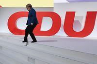 07.12.2018, Hamburg: Bundeskanzlerin Angela Merkel (CDU) geht beim CDU-Bundesparteitag vom Podium. Die Delegierten wählen am Nachmittag einen neuen Parteivorsitzenden. Foto: Kay Nietfeld/dpa +++ dpa-Bildfunk +++