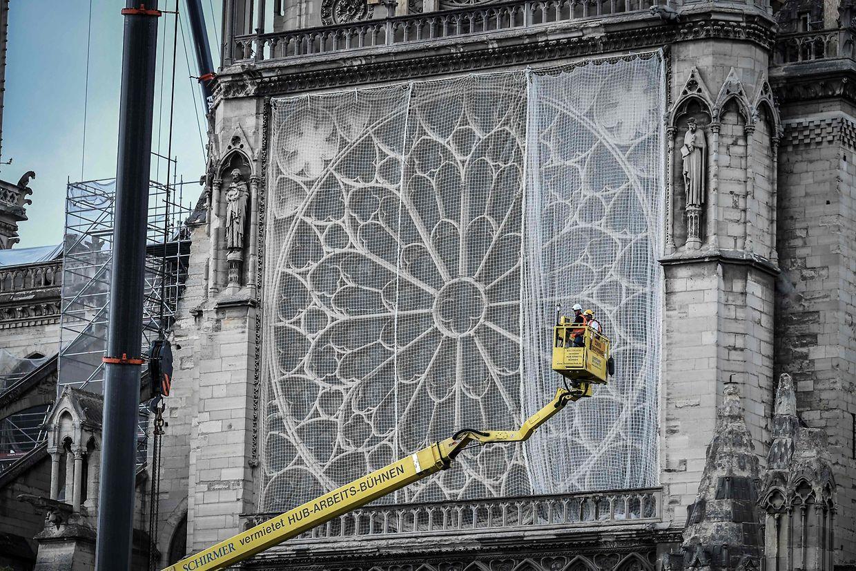 Trabalhadores durante a renovação da catedral