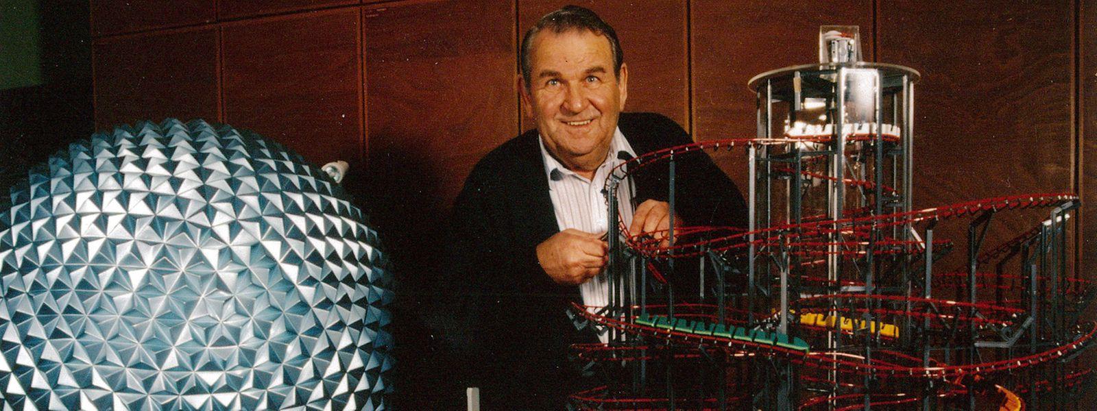 """Einer, der es geliebt hat, zu tüfteln: Franz Mack, hier vor einem Modell der Achterbahn """"Eurosat"""", hat zahlreiche Fahrgeschäfte konzipiert – und war damit auch in Luxemburg präsent. Im März wäre der Unternehmer 100 Jahre alt geworden."""