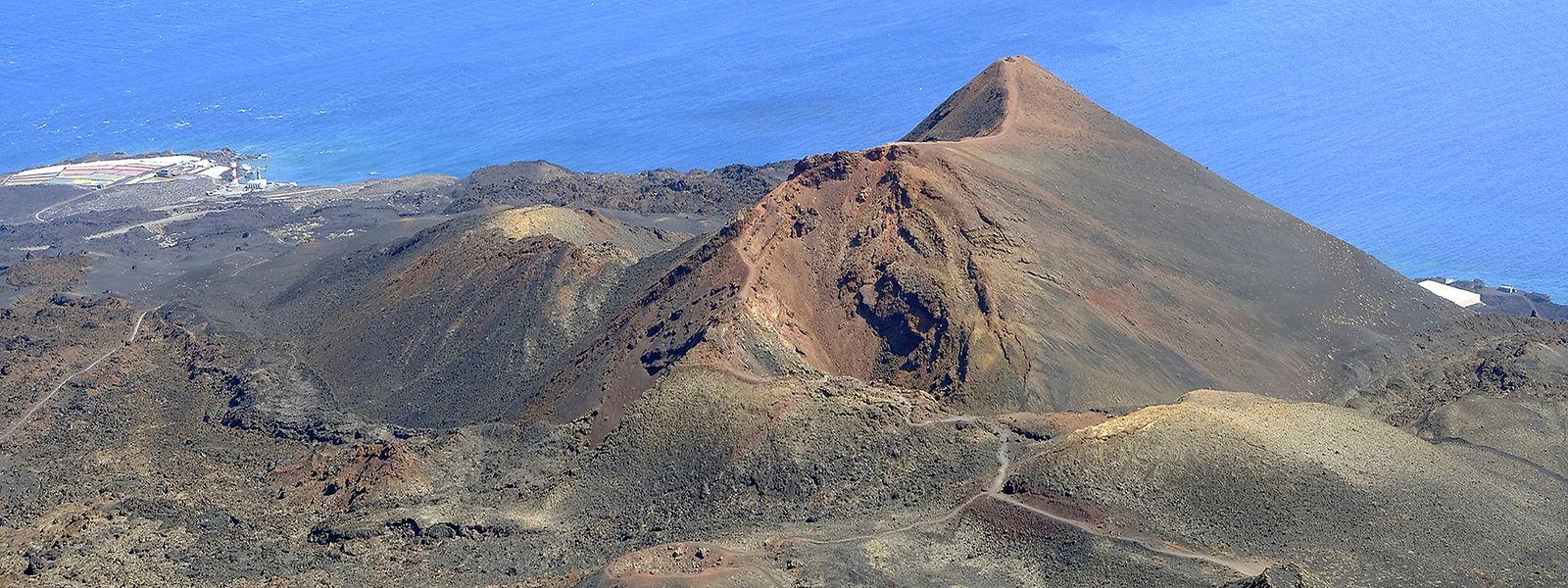 Gesamtansicht eines der Vulkane von Cumbre Vieja, einem Gebiet im Süden der Insel.