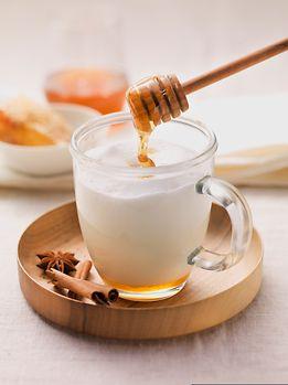 Heiße Milch mit Honig - schon Großmutter riet zu diesem Schlummertrunk.
