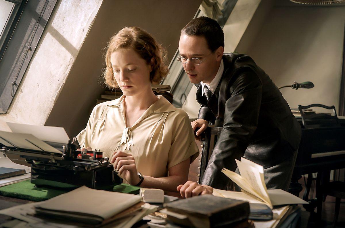 Elisabeth Hauptmann, Brechts Sekretärin und Geliebte (Leonie Benesch), hat für ihren Chef (Tom Schilling) wieder mal eine Idee mitgebracht. Die Steyr-Werke veranstalten ein Preisauschreiben, gesucht: ein Werbegedicht. Brecht dichtet, und er gewinnt das Auto.