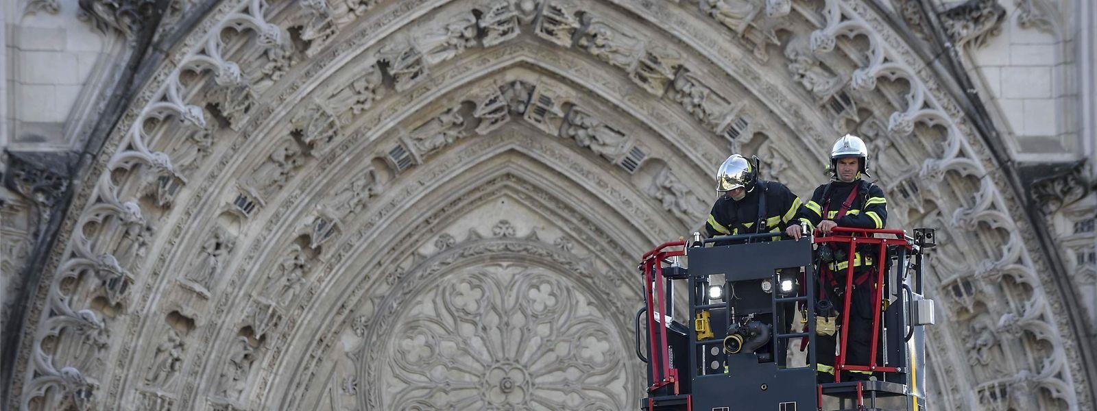 Les pompiers vérifient depuis près de 48 heures l'état de la structure même de la cathédrale. Le feu et l'eau ayant pu la fragiliser par endroits.