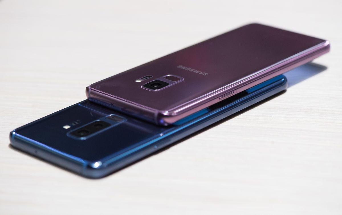 Das neue Samsung Galaxy S9 kommt in zwei Größen und Ausstattungen:Oben das Galaxy S9 mit 5,8 Zoll großem Display und Einzelkamera, das Galaxy S9+ (unten) hat ein 6,2 Zoll großes Display, eine Doppelkamera und mehr Speicher.
