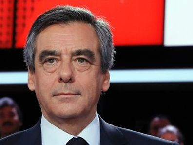 """French presidential election candidate for the right-wing Les Republicains (LR) party Francois Fillon poses prior to take part in the political TV show """"L'emission politique"""", on March 23, 2017 on a set of French TV France 2 in Paris. / AFP PHOTO / THOMAS SAMSON"""