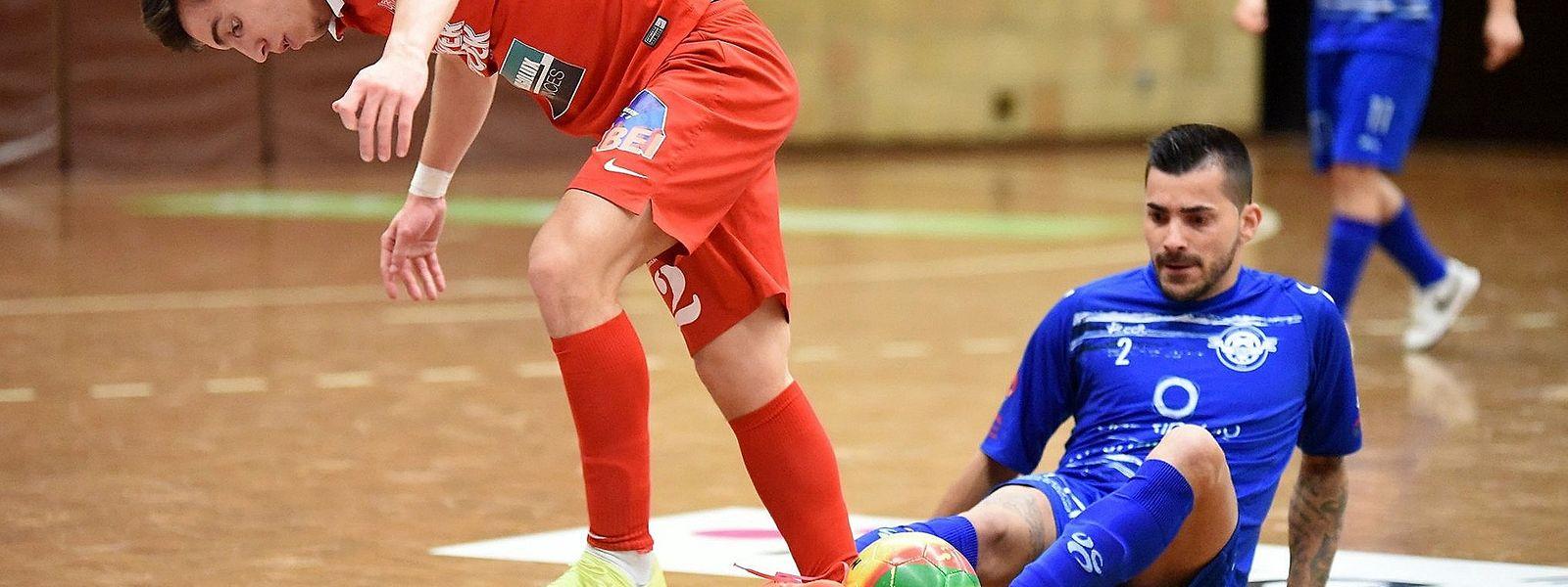 Ruben Oliveira (de vermelho) do FC Differdange 03 e Fernando Correia Ferreira (de azul) da US Esch.