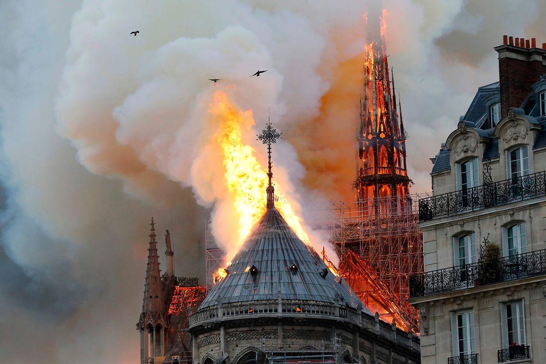 O terrível incêndio que deflagrou hoje na Catedral Notre Dame, em Paris, tem devorado um dos mais emblemáticos monumentos da capital francesa.